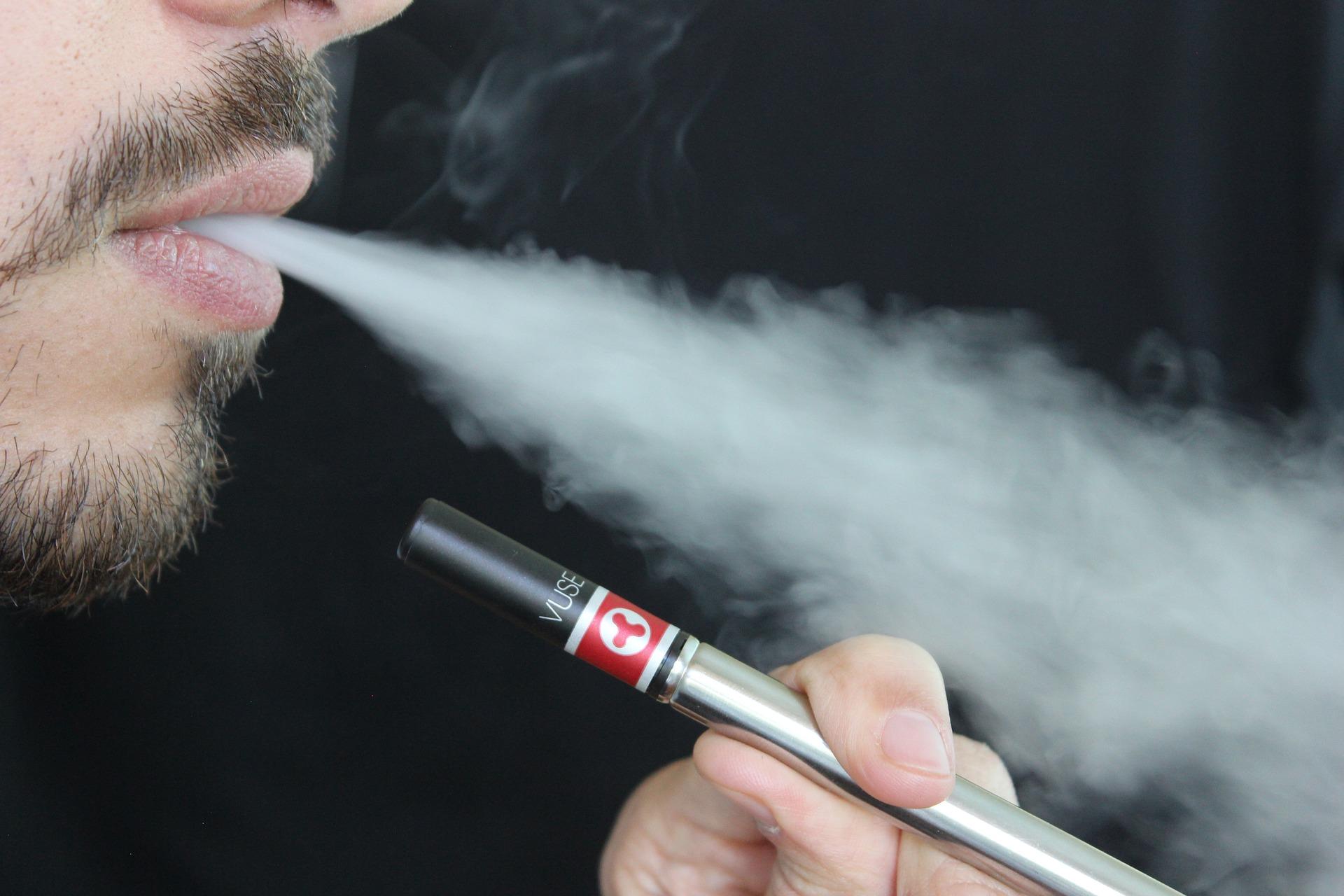 Raucher einer E-Zigarette