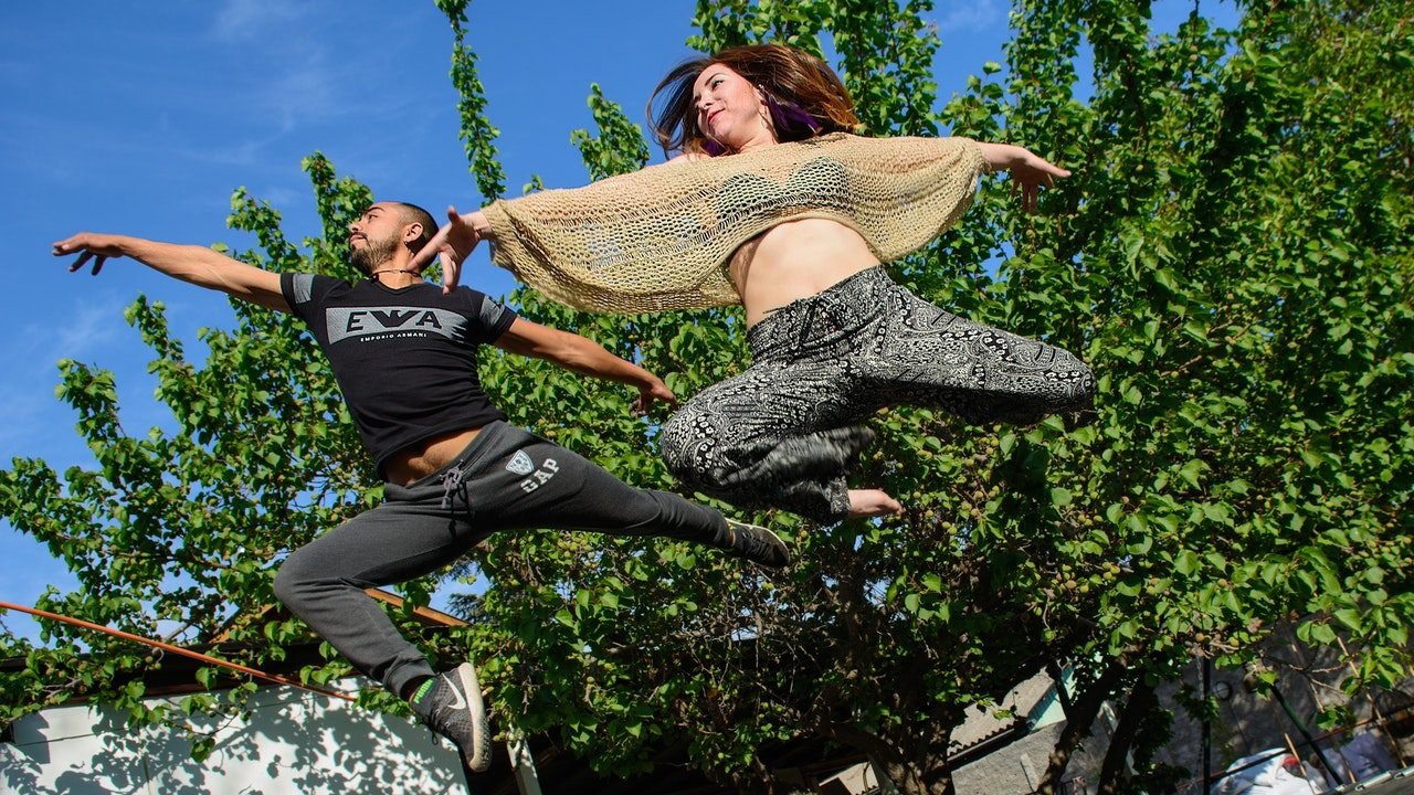 Zwei Menschen springen durch die Luft
