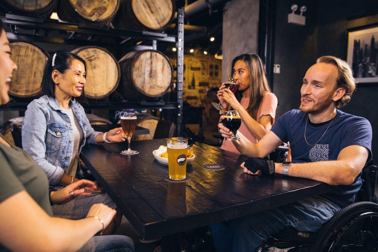 4 Personen trinken Bier